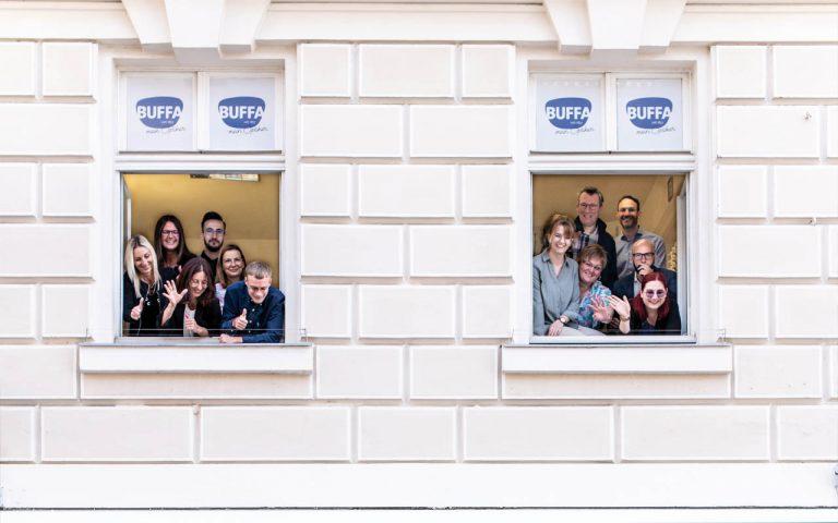 Optik Buffa-Team schaut aus dem Fenster